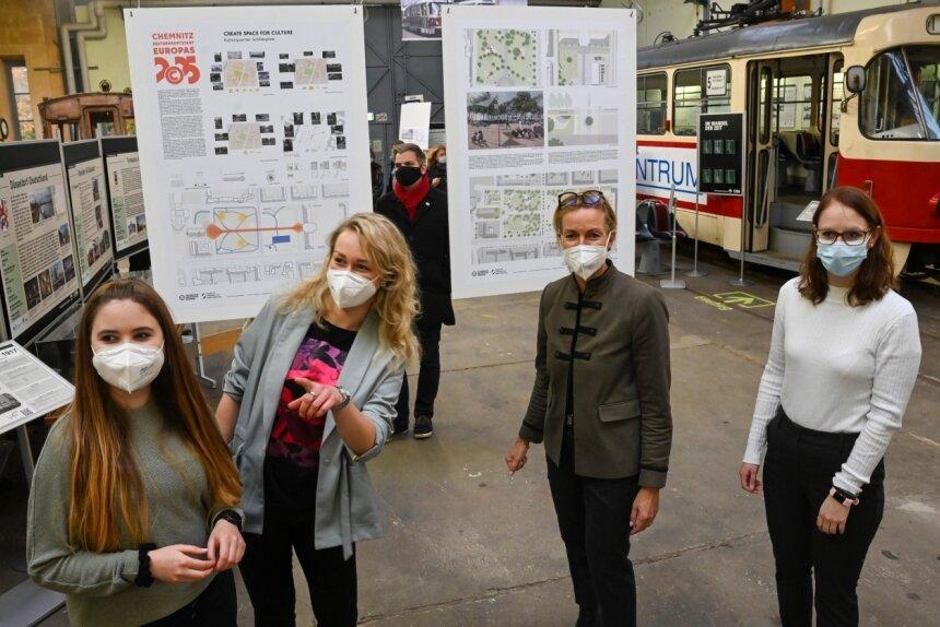 Gwendolyn Bauer (li.), Sarah Meyer und Jessica Erbes (re.) gehören zu den Studentinnen und Studenten, die unter Leitung von Professorin Angela Mensing-de Jong (2. v. re.) Vorschläge für Chemnitzer Interventionsflächen erarbeiteten.
