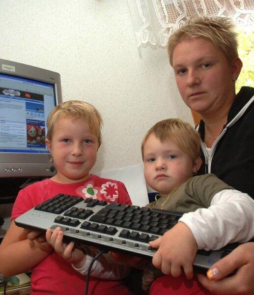 """<p class=""""artikelinhalt"""">Bei Anja Frühauf aus Oberelsdorf und ihren Kindern Lea (l.) und Jona kommt in punkto Internet keine Freude auf. Da die Telekom den Breitband-Ausbau ablehnt, hofft sie nun auf andere Anbieter. </p>"""