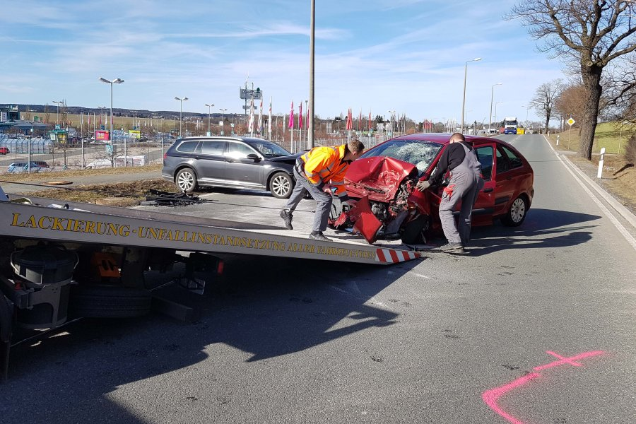 Ein Citroen und ein VW sind auf der Pausaer Straße kollidiert.