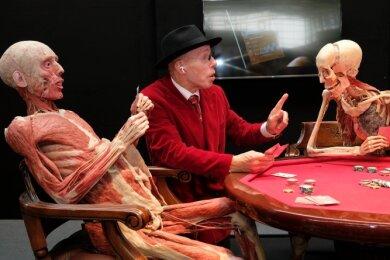 Der Meister im Kreise seiner Schöpfungen. Gunther von Hagens hatte zahlreiche Exponate in seine Heimatstadt gebracht. Die Pokerrunde ist sicher eine seiner bekanntesten Präparate-Gruppen.
