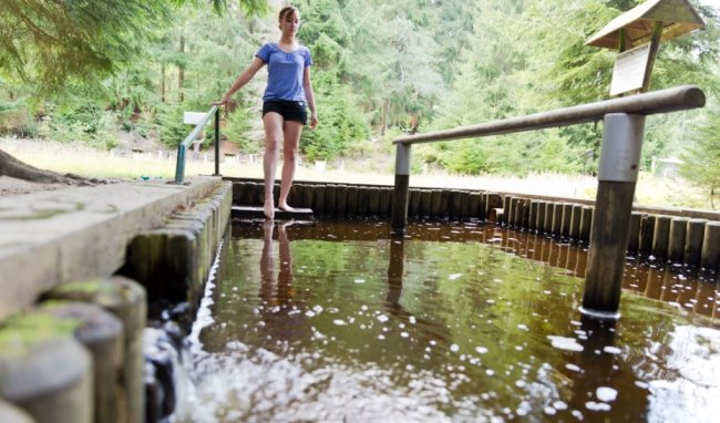 Müde Füße und Beine finden in Wassertretbecken in der Region Entspannung.