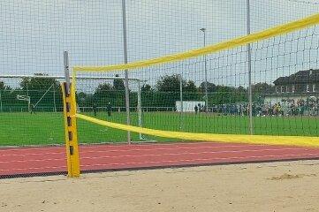 Im Halbrund hinter den Toren gibt es eine Beachvolleyballanlage und auf der anderen Seite ein Feld für Basket- und Volleyball.