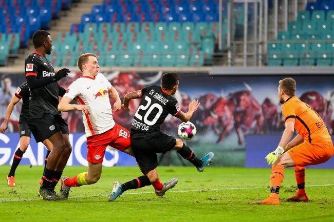Die Qualitäten von RB Leipzigs Nationalspieler Lukas Klostermann (Mitte) - hier in der Bundesliga-Partie gegen Leverkusen - werden auch im Pokal gegen den VfL Bochum gefragt sein.