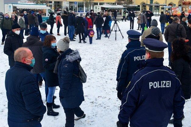 Zur Protestaktion von Einzelhändlern in Mittweida auf dem Markt kamen am Donnerstagvormittag rund 80 Leute zusammen. Auch die Polizei war vor Ort, weil die Versammlung nicht angemeldet gewesen sei.