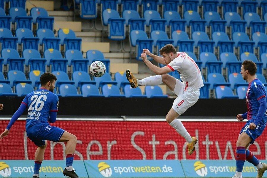 FSV-Profi Leon Jensen (Mitte) jagt den Ball. Die Uerdinger Dave Gnaase und Peter van Ooijen schauen ehrfürchtig zu.
