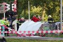 Der Rettungsdienst ist am Unfallort in Oss im Einsatz, nachdem bei dem Zusammenstoß eines Zuges mit einem Transportfahrrad vier Kinder getötet wurden.