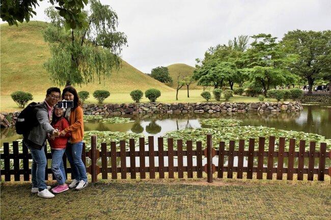 Selfie auf dem Friedhof: Der Besuch der Hügelgräber gehört für Touristen zum Pflichtprogramm in Gyeongju.