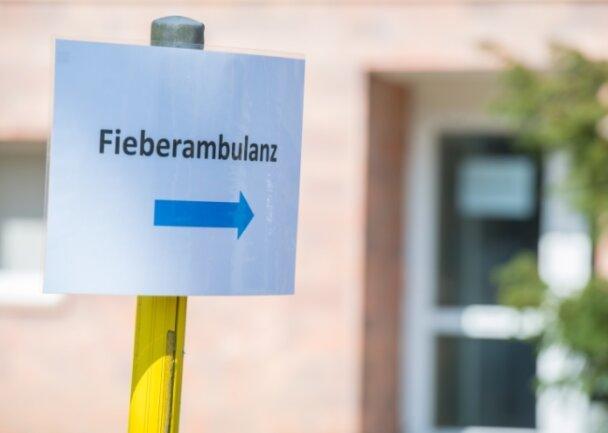 Um infektiöse Patienten mit Erkältungssymptomen von anderen Kranken zu trennen, haben die Kliniken Erlabrunn jetzt eine Fieberambulanz eröffnet. Dieses Schild (Foto) weist auf die neue Einrichtung hin.