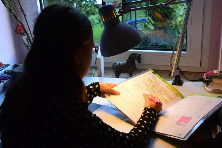 In Chemnitz leben derzeit 229 Pflegekinder in 198 Pflegefamilien. Eine Familie auf dem Kaßberg hat ein Mädchen aufgenommen und erlebt mit ihm Höhen und Tiefen. Es musste sich erst an neue Regeln gewöhnen, sagt die Pflegemutter. Das Erledigen der Hausaufgaben gehört dazu.