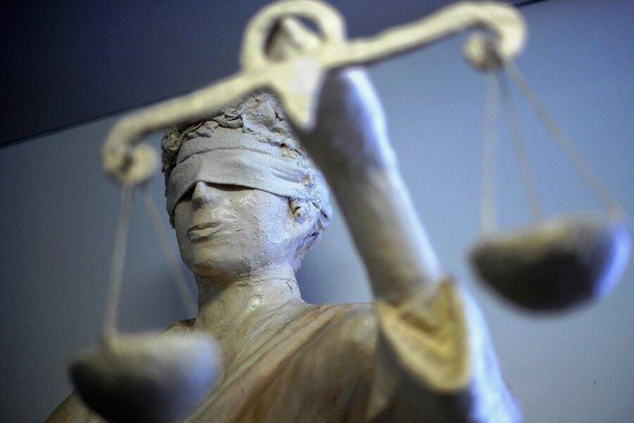 Gegen einen Liebesbetrüger wurde am Mittwoch in Auerbach ein erstes Urteil gesprochen. Weitere Prozesse mit anderen geschädigten Frauen sollen in den nächsten Wochen folgen. Foto: Peter Steffen/dpa