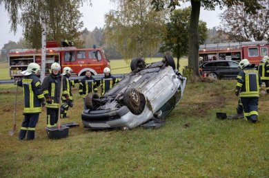 Auf dem Dach gelandet ist bei einem schwerenVerkehrsunfall auf der B101 nahe Schlettau am Samstagmittag ein Lupo.