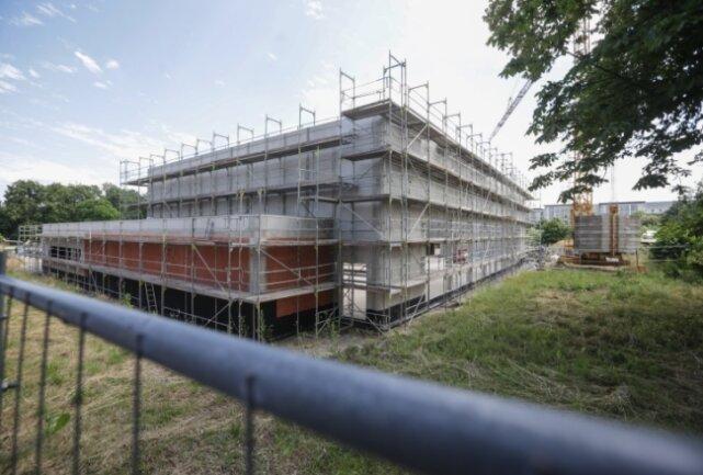 Blick auf den Bau einer neuen Zweifeld-Sporthalle an der Carl-Kirchhof-Straße in Hartmanndsdorf.