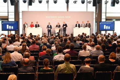 Sechs Kandidaten für die Landtagswahl in Sachsen trafen am Mittwoch in Dresden aufeinander: Rico Gebhardt (Die Linke), Katja Meier (Bündnis 90/Die Grünen), Michael Kretschmer (CDU, Podium links) sowie Martin Dulig (SPD), Jörg Urban (AfD) und Holger Zastrow (FDP, Podium rechts).