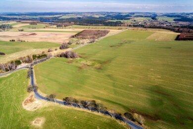 Über diese Fläche an der Bundesstraße 101 bei Görsdorf wird gestritten. Die Firma Sachsenkraft will zwei Windräder bauen lassen, die Stadt Pockau-Lengefeld wiederum einen rund 41 Hektar großen Gewerbepark.