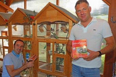 René Kaiser (rechts) und Hendrik Helbig gehören zu den Mitgliedern des Werdauer Vogelzüchtervereins.