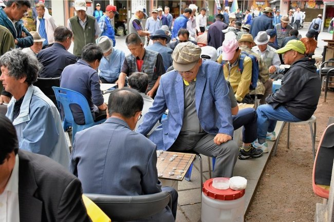 Der Klub der alten Herren: Mitten in Seoul vertreiben sich Senioren die Zeit mit Brettspielen.
