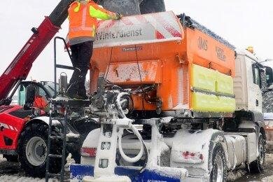 In der Straßenmeisterei in Hainichen werden auch die Fahrzeuge von Fremdfirmen für den Winterdienst mit Salz befüllt.