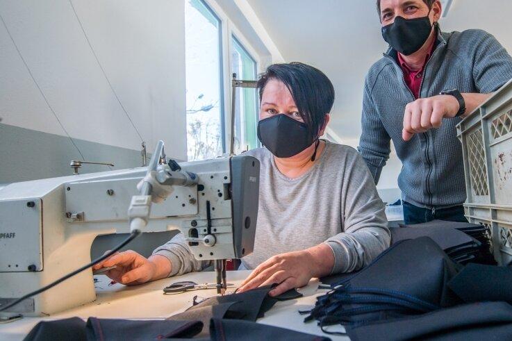 Maskenfertigung bei Pitzi in Hundshübel. Im Bild Näherin Claudia Herrmann und Geschäftsführer Kai Schürer.