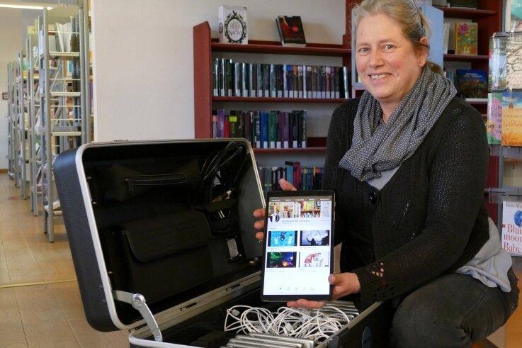 Noch wartet Silke Dost, Leiterin der Stadtbibliothek Zschopau, darauf, das neue Tablet-Set erstmals mit einer Schulklasse nutzen zu können.