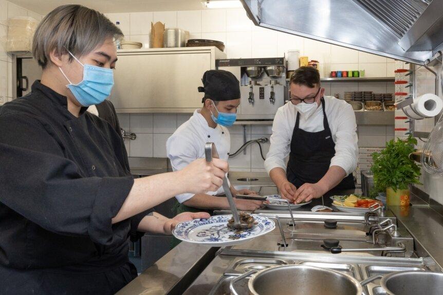 Ausbildung gehört seit vielen Jahren zur Unternehmensphilosophie in der Stöckels Genussmomente GmbH. Um künftige Fachkräfte wie Antony und Tuan kümmert sich Philipp Stöckel (von links). Die beiden absolvieren ihr drittes beziehungsweise erstes Lehrjahr als Koch.