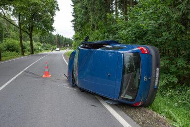 Der VW Polo blieb auf der Fahrerseite liegen.