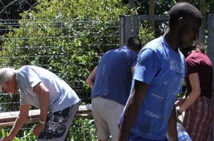 Bürger aus Kapstadt (Südafrika) füllen Wasserkanister an einer natürlichen Quelle. Wasserkanister sollten durchsichtig sein.