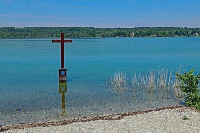 An der Stelle, wo König Ludwig II. ums Leben kam, wurde ein Holzkreuz errichtet.