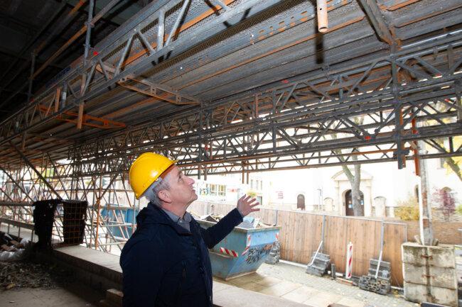 Im Rathaus-Haupteingang unter dem seit mehr als einem Jahr glaslosen Glaskasten. Projektleiter Axel Markert zeigte am Donnerstag bei einem Ortstermin die Fortschritte und Tücken der Baustelle des Nord-West-Flügels.