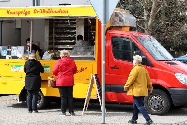 Auch in Gersdorf ersetzt der gelb-rote Grillwagen den Stand von Vorgänger und Wochenmarkt-Legende Achim Epperlein.