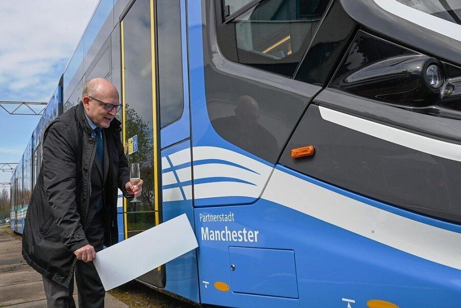 """Oberbürgermeister Sven Schulze taufte die Skoda-Straßenbahn auf den Namen """"Manchester"""". Foto: Andreas Seidel"""