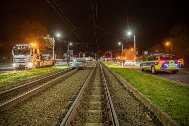 Gegen 17.40 Uhr landete an der Neuen Elsterbrücke ein VW im Straßenbahn-Gleisbett.