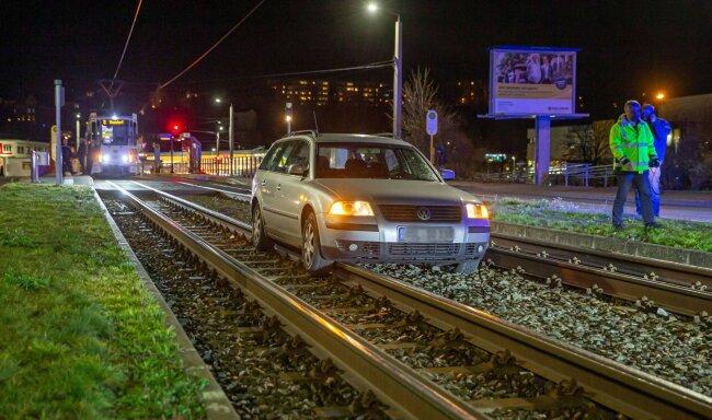 Gegen 21 Uhr blieb ein Mercedes an derselben Stelle auf den Gleisen stecken.