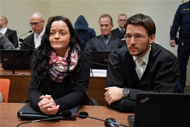 Nach dem Plädoyer der Bundesanwälte, vor dem Urteil: Am 402. von 438 Prozesstagen verfolgte Beate Zschäpe mit Anwalt Mathias Grasel die Endphase im Prozess. Heute sitzt sie in Chemnitz in Haft