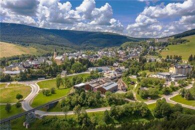Am Rand von Oberwiesenthal - hier ein Blick auf die Stadt - will eine einheimische Familie eine Ferienhaus- und Apartmentanlage errichten lassen. Das Projekt in der Nähe des Hotels von Skisprunglegende Jens Weißflog ruft die Grünen auf den Plan.