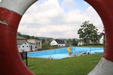 Im Freibad Borstendorf ist am Montag mit dem Einlassen des Wassers begonnen worden. Bis das Becken voll ist, soll auch das von allen Badbetreibern geforderte Hygienekonzept stehen. Dann stünde dem geplanten Saisonstart Mitte Juni nichts mehr im Weg.