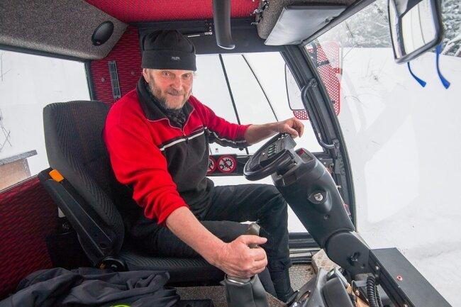 Peter Groß gehört zu einem Quartett der Abteilung Motorsport/Skijöring des TSV Geyer, das sich ehrenamtlich um das Spuren der Loipen kümmert. Auch Rodelhänge und Wanderwege werden präpariert.