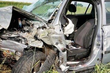Das total demolierte Fahrzeug lässt erahnen, wie stark die Wucht des Aufpralls war.