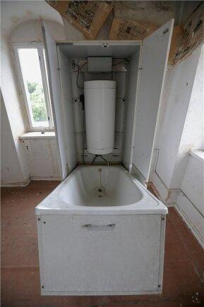Badewanne samt Heizkessel stehen noch in einem der Zimmer.
