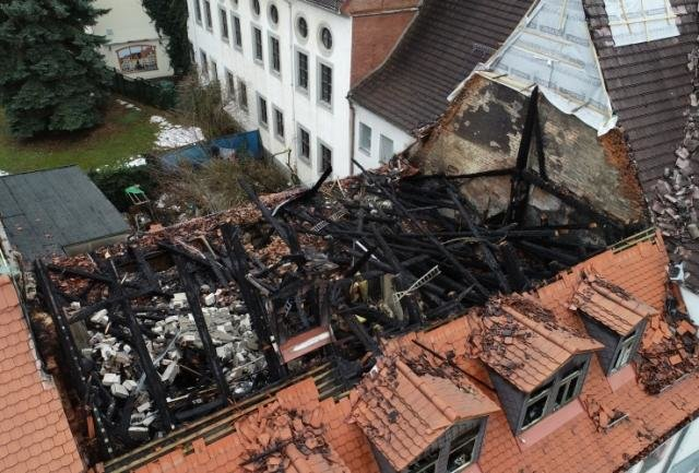 Das Haus mit ausgebranntem Dachstuhl an der Akademiestraße 5: Die Stadt geht von einem Totalschaden in sechsstelliger Höhe aus.