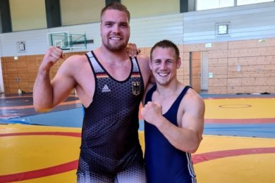 Ein wahrlich starkes vogtländisches Duo im klassischen Ringkampf: Franz Richter vom AV Germania Markneukirchen (links) und der Pausaer Maximilian Schwabe.