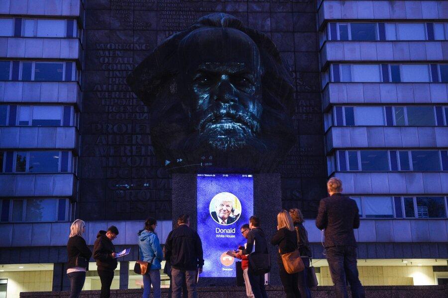 In Vorbereitung des Geburtstags von Karl Marx am Samstag wurde am Donnerstagabend eine Projektion getestet.