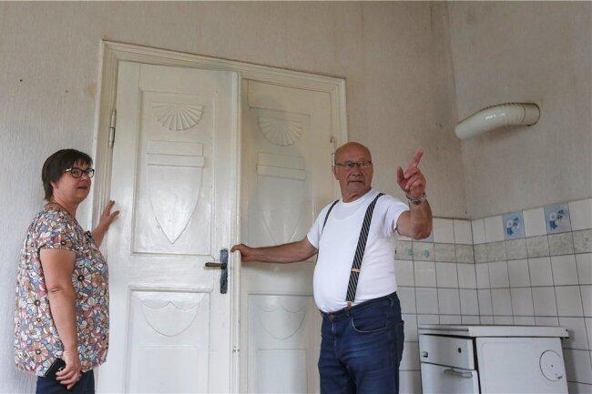 Ortsvorsteherin Annett Groh und Gästeführer Reinhold Kaminsky führen in unserem virtuellen Rundgang durch das geschichtsträchtige Haus.