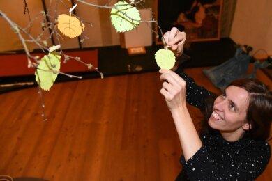 Emotionale Gedanken zum Thema Tod haben viele Besucher der zu Ende gegangenen Ausstellung auf Schloss Voigtsberg verfasst und an den Wunschbaum gehängt.