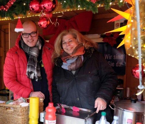 Der Gewerbeverein Reichenbach, im Bild Benedikt Lommer und Silke Baumann, eröffnet am 1. Dezember seine Adventshütte am Postplatz. Ein ganzer Adventsmarkt ist wegen Corona diesmal nicht drin.
