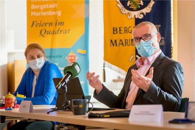 Auf der Pressekonferenz verkündet Marienbergs Oberbürgermeister André Heinrich (parteilos) im Beisein von Stadtsprecherin Katja Rosenbaum, dass die Feierlichkeiten auf nächstes Jahr verschoben werden.