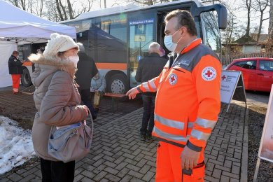 Am Sonntag machte der Impfbus in Großhartmannsdorf Station. René Illig, der Leiter des DRK-Impfzentrums, gibt Hinweise zum Ablauf.