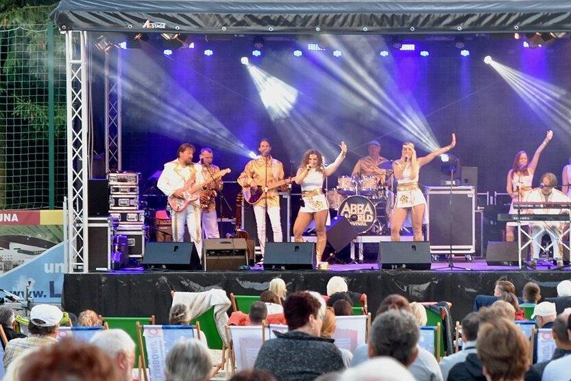 Eine Musiker-Truppe aus Prag präsentierte auf der Bühne im Freibad eine Abba-Show mit den beliebten Liedern des Quartetts.