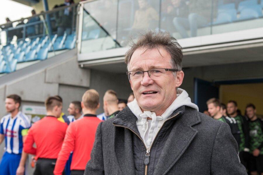Harald Kaehs, der Präsident von Germania Mittweida, würde seine Kicker gern wieder an Spieltagen im Stadion am Schwanenteich begrüßen. Noch hat er etwas Hoffnung, dass es im Frühjahr klappen könnte.
