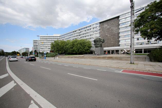 Auf die Straße uriniert und Polizisten angegriffen