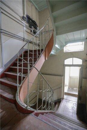 Das Treppengeländer weist typisch klassizistische Merkmale auf.